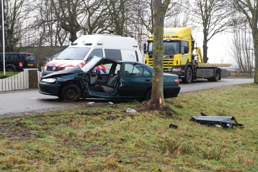 Bestuurder en passagier bekneld bij eenzijdig ongeval