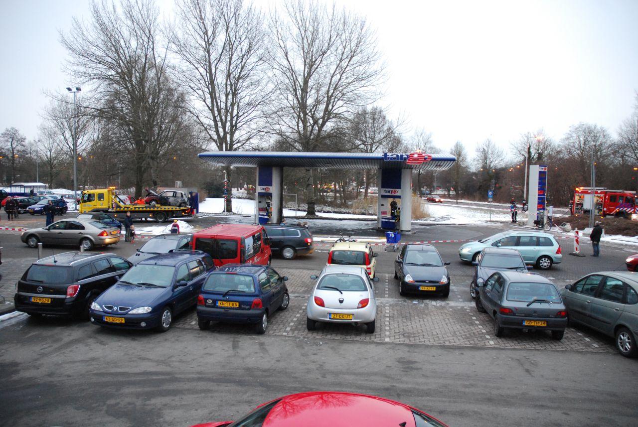 Auto in lichterlaaie bij tankstation Tango (Foto update)
