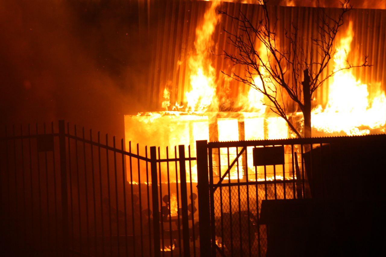 Uitslaande brand in kantoorpand (video)