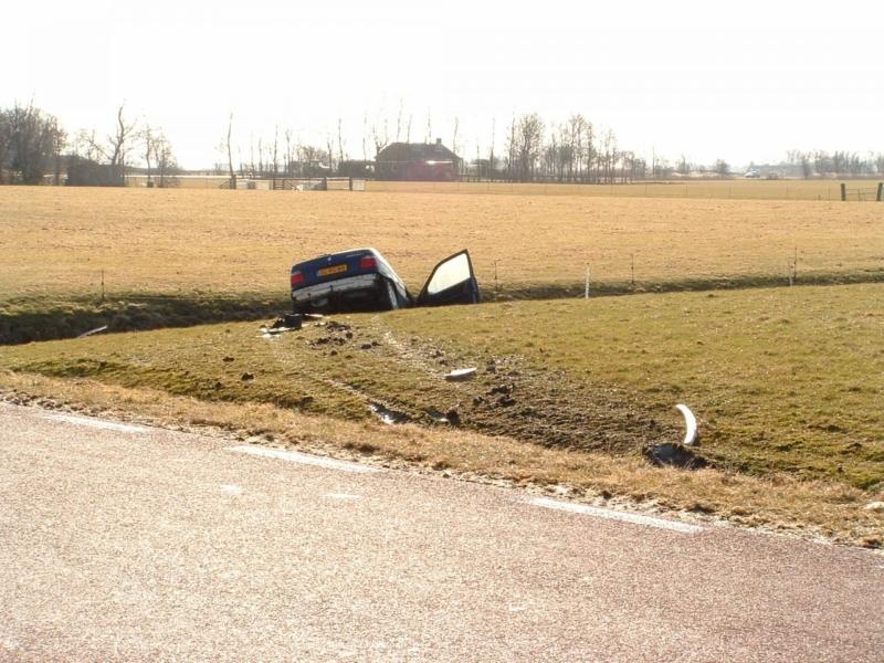 Auto schiet over sloot en beland in zijsloot