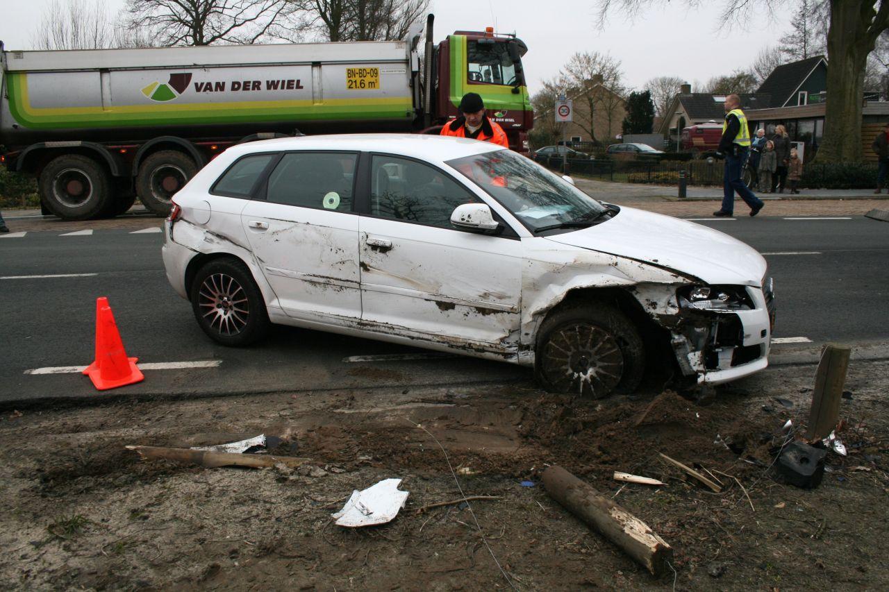 Auto kantelt door ongeval