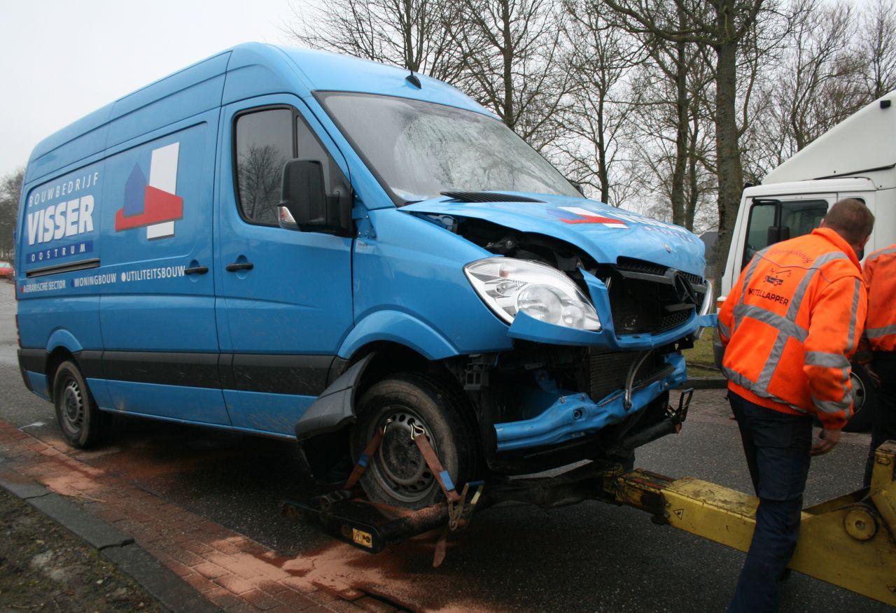 Auto ramt betonpaaltje en boom na aanrijding
