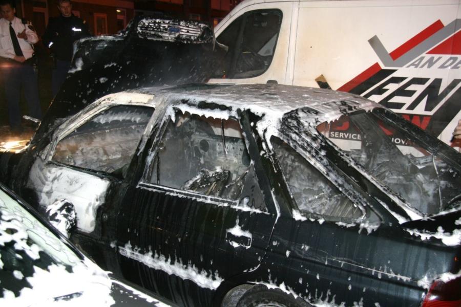 Auto na aanrijding in brand gestoken (video)