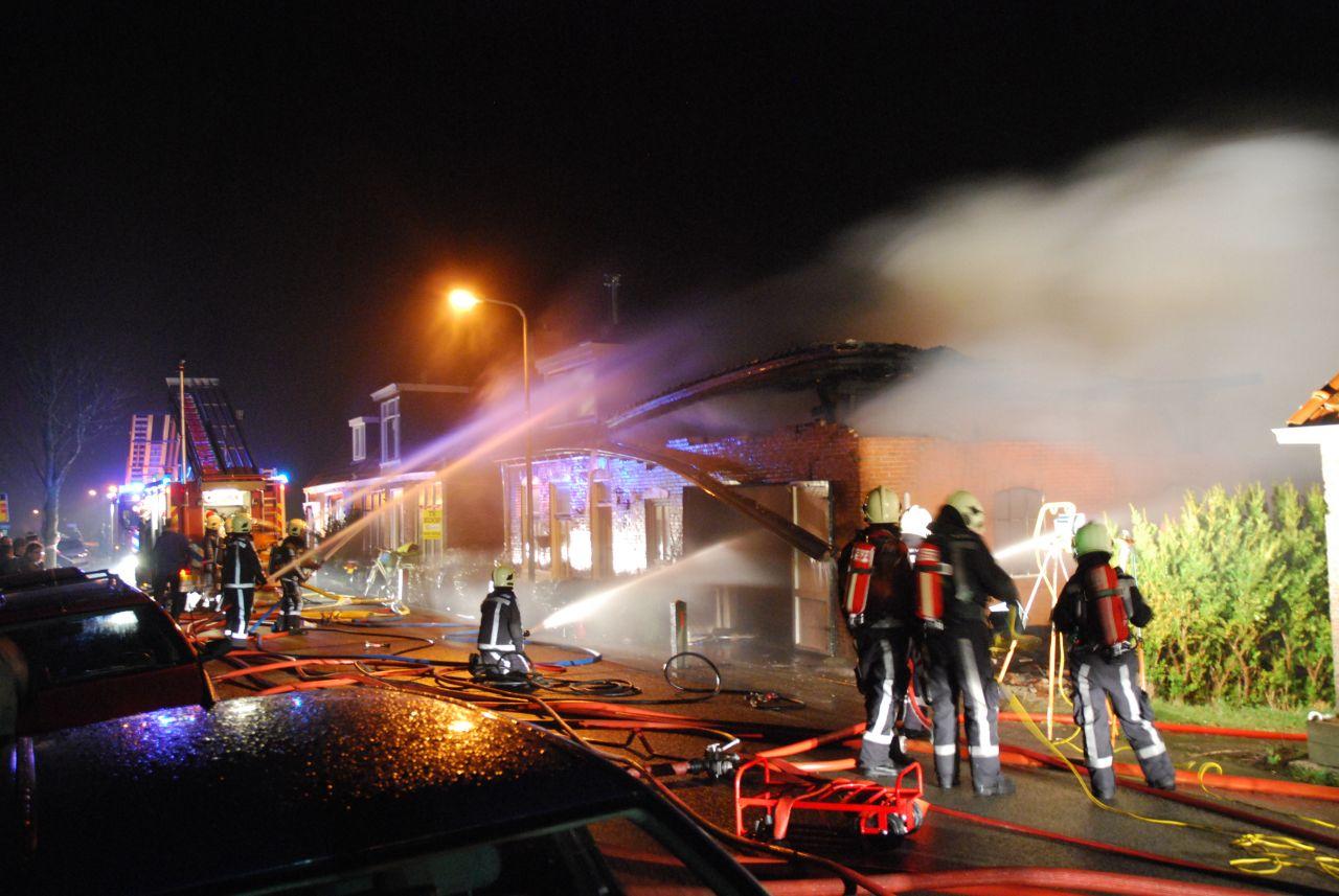 Schuur naast woning uitgebrand (video)