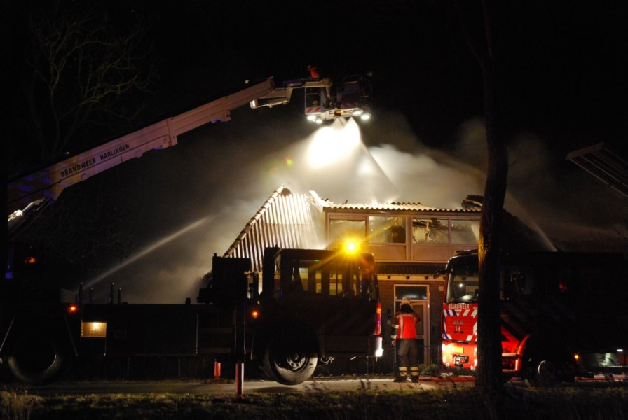 Boerderij verwoest door uitslaande brand (video)