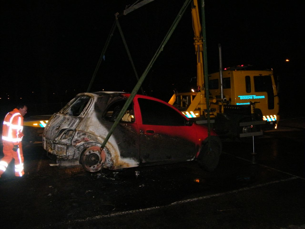 Auto in brand bij sportpark