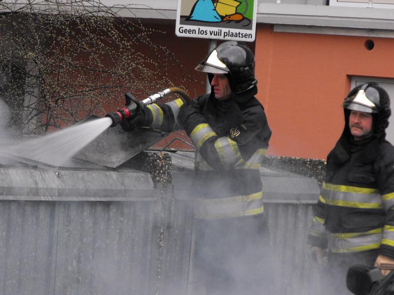Aangestoken container brandt uit