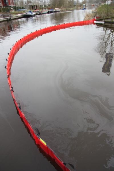 Olie op wateroppervlak