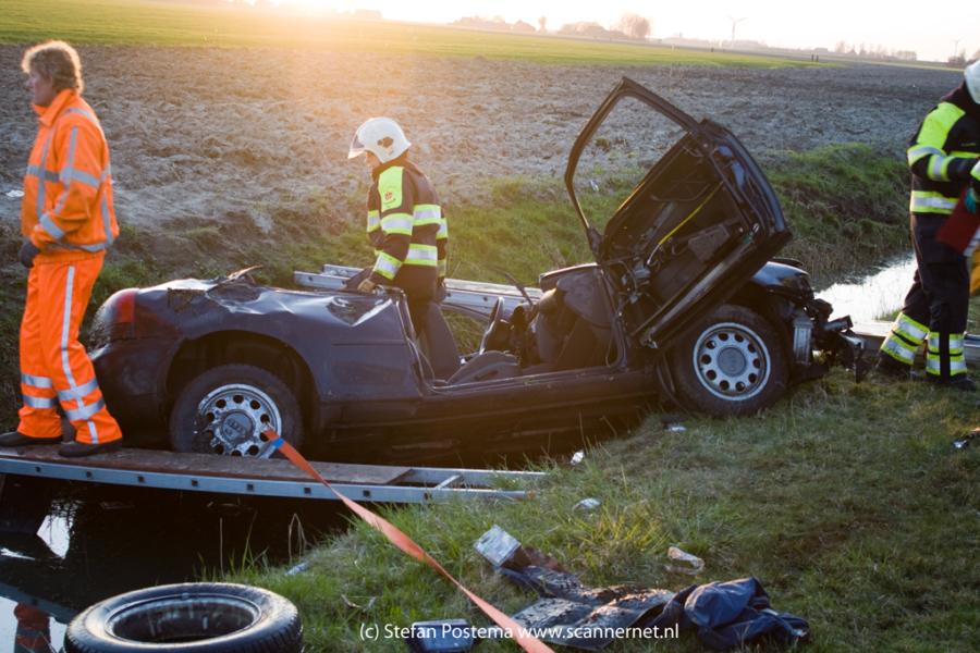 Twee gewonden bij auto te water op A7 (Foto update)