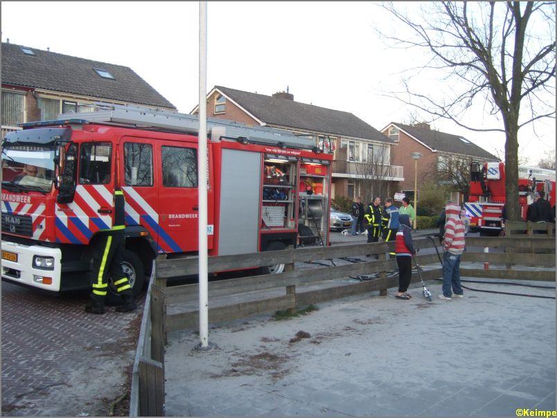 Traktorband in brand tegen school