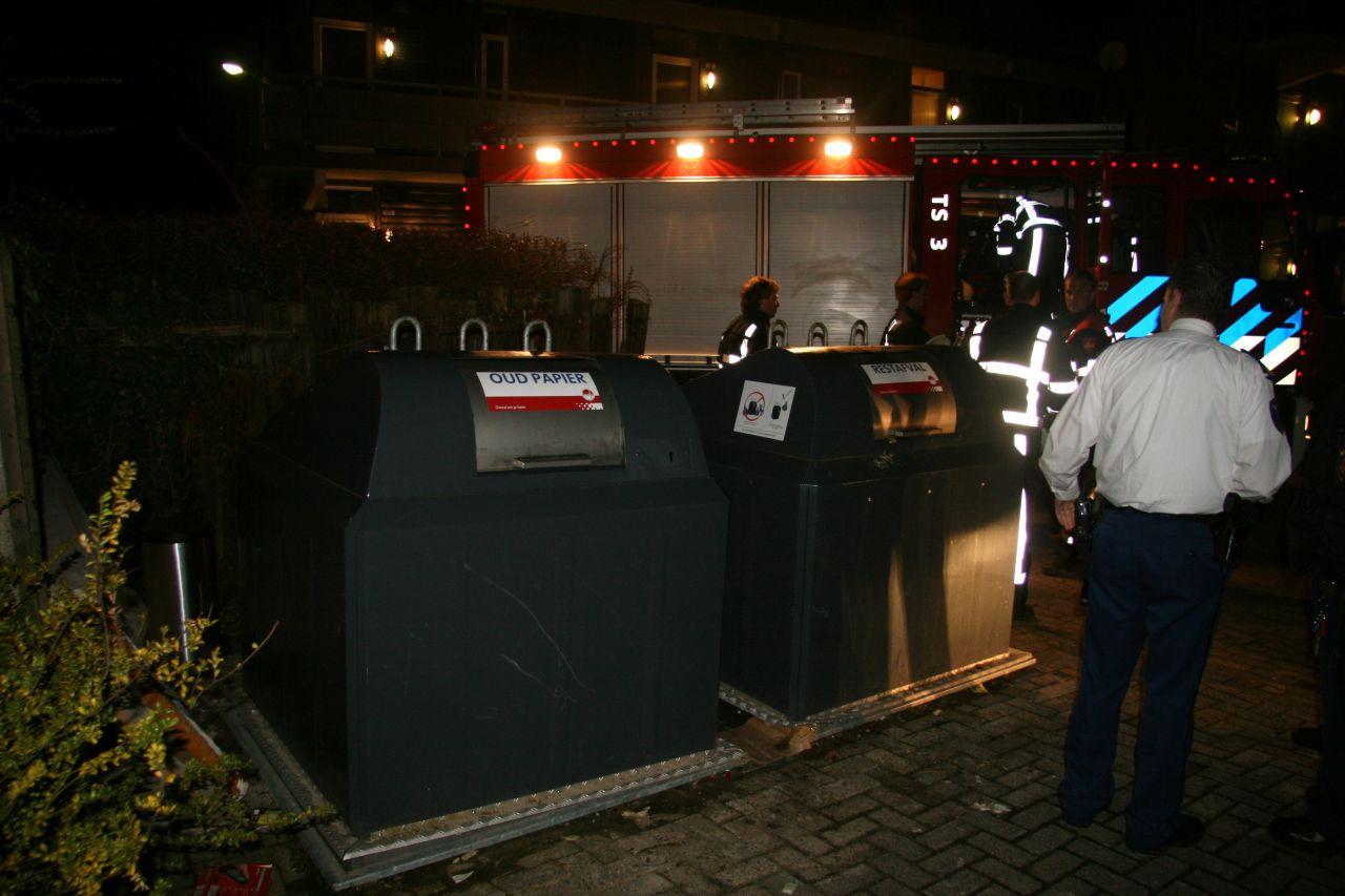 Brandweer haalt zwerver uit container