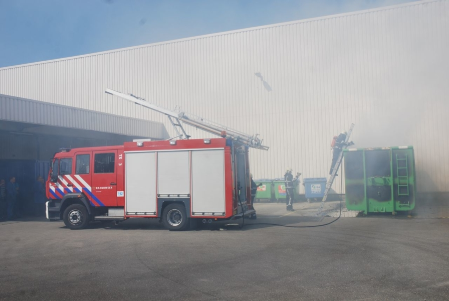 Brand in grote papiercontainer