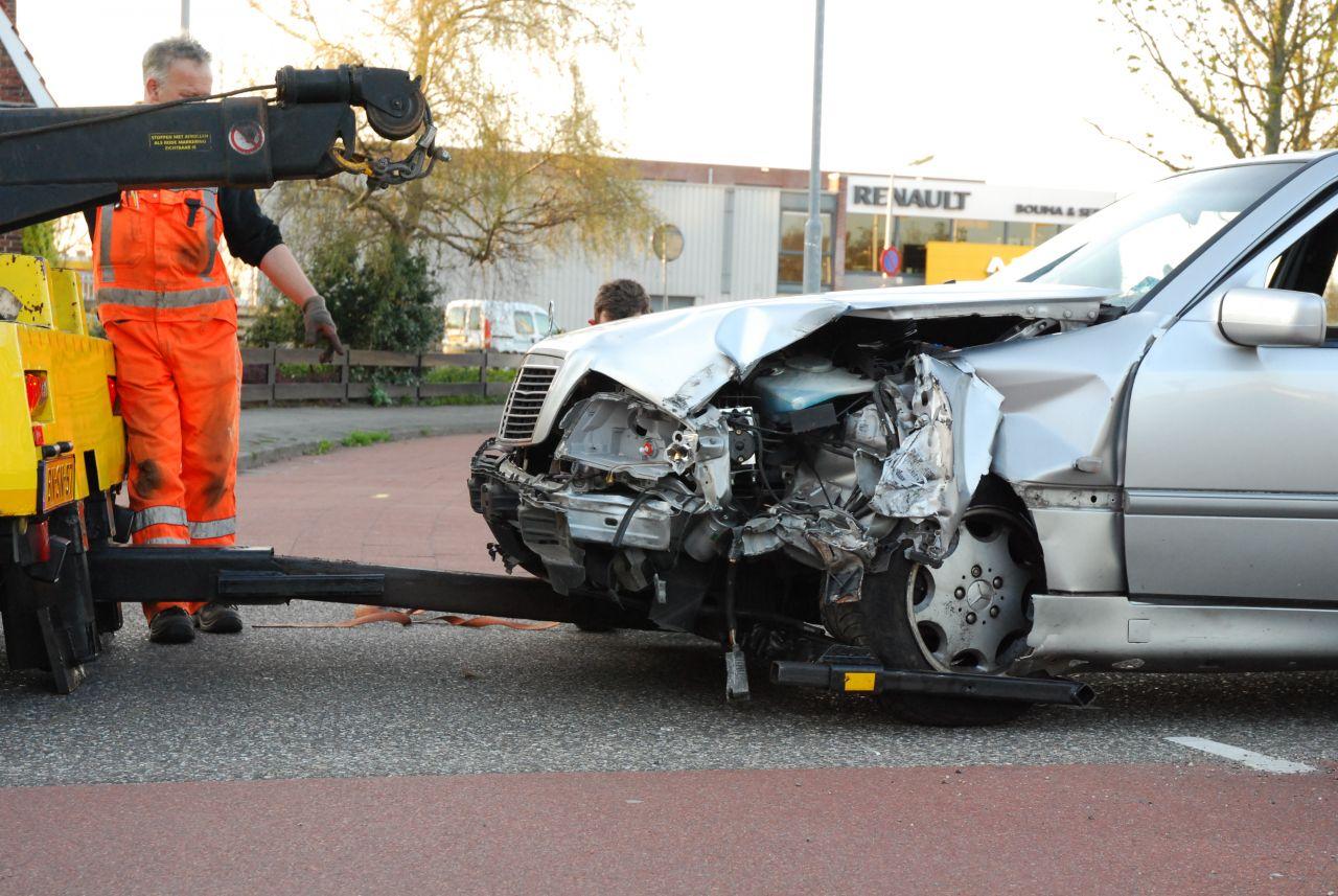 Auto botst tegen lantaarnpaal en camera fotograaf gestolen