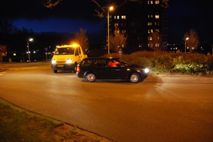 Auto rechtdoor op rotonde