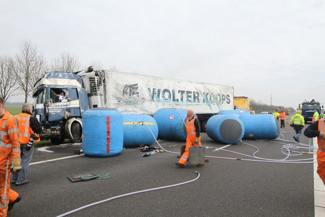 Gekantelde vrachtwagen met diepvrieskippen A7(nieuwe foto's)