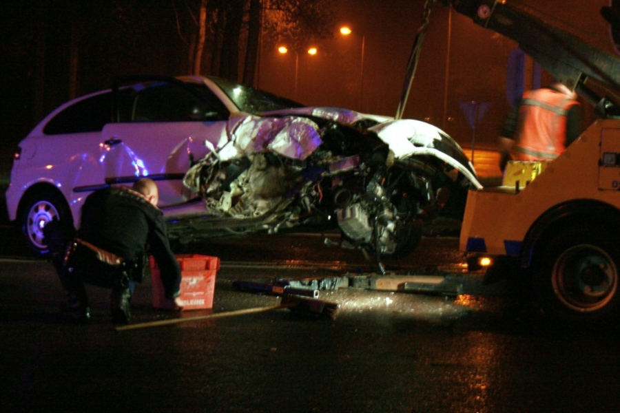 Auto ramt paal verkeerslichten