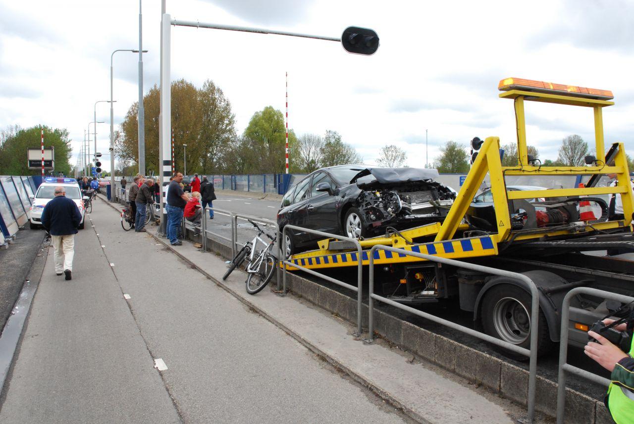 Auto botst op caravan