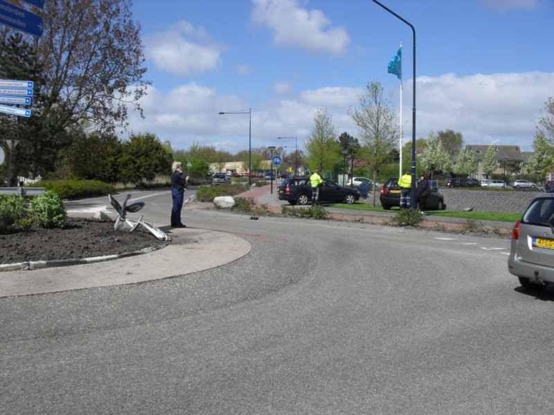 Auto rechtdoor over rotonde: rijbewijs ingevorderd