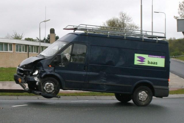 Lantaarnpaal gesneuveld bij aanrijding tussen twee auto's