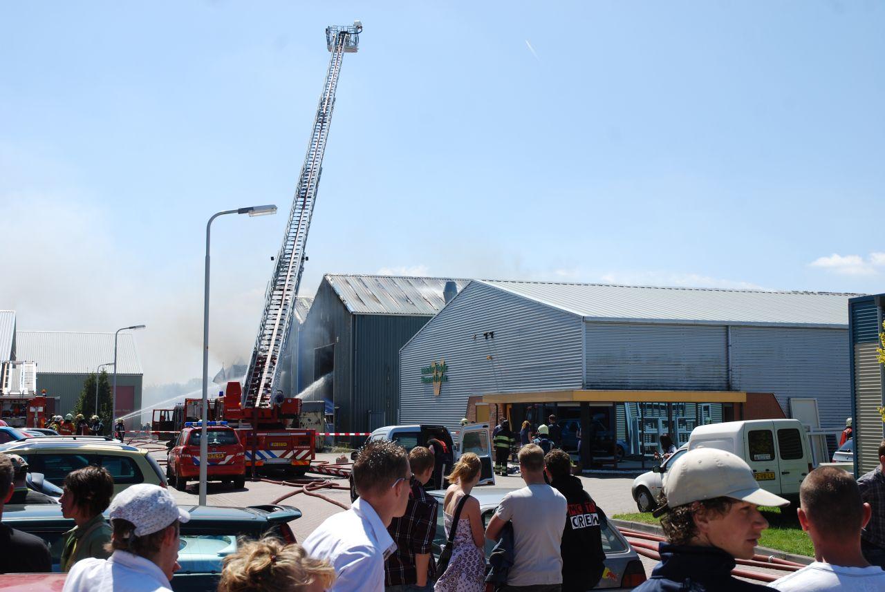 Brand in spuiterij legt vijf loodsen in de as (video)