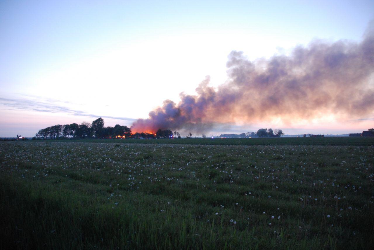 Grote uitslaande brand woonboerderij