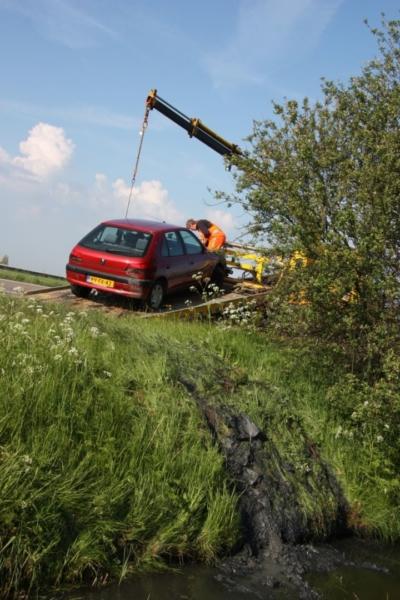 Auto raakt te water (Video)