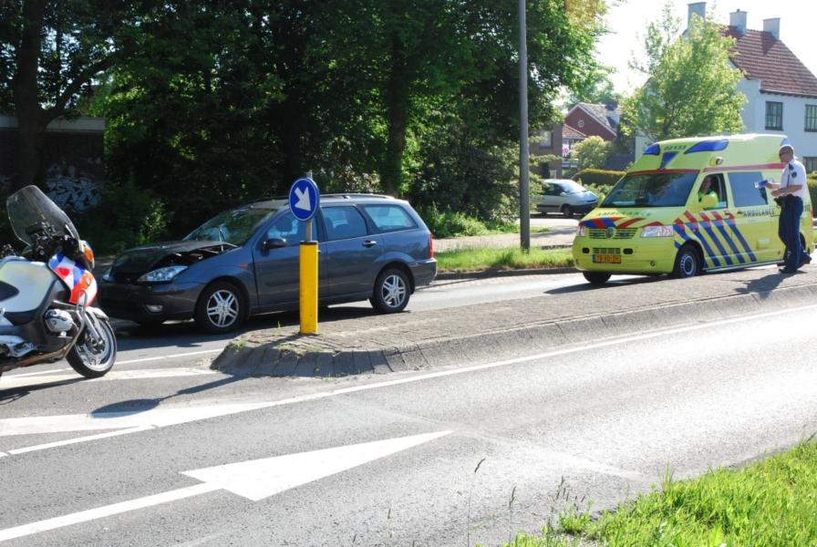 Twee gewonden bij kop staart drie auto's