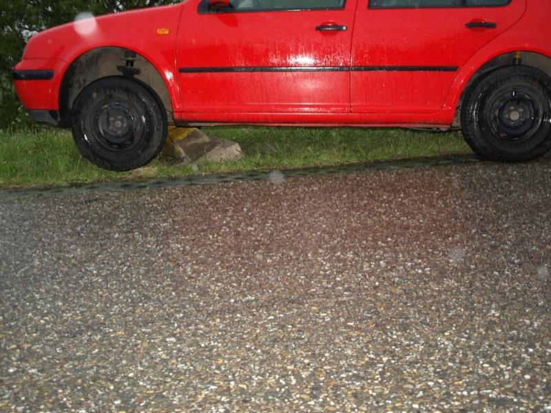 Auto botst op betonpaaltje