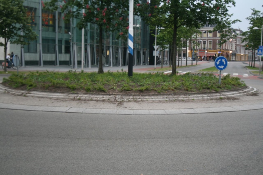 Auto botst op paal