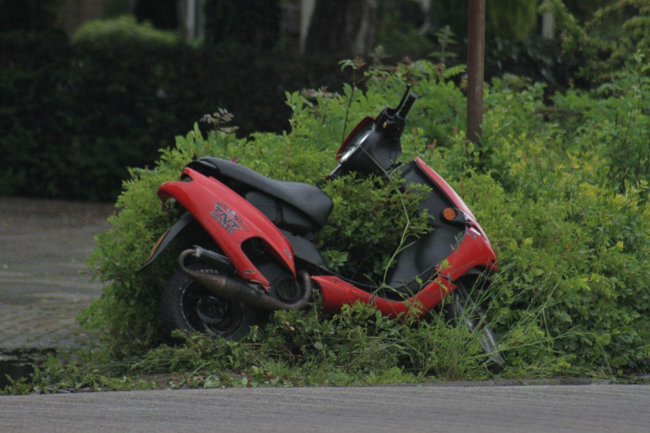 Scooterrijder onderuit na aanrijding