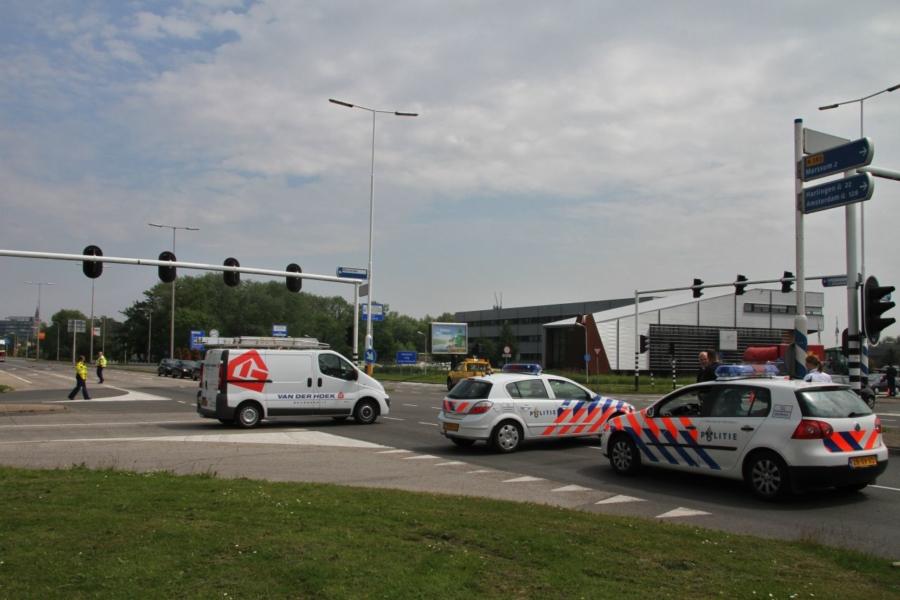 Ernstig ongeval: Auto zijwaarts tegen boom (video)