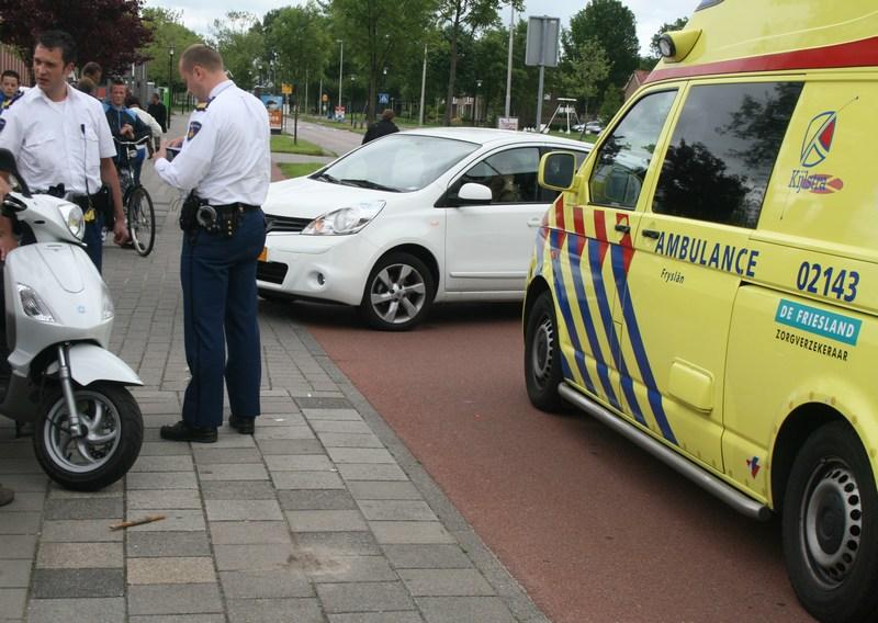 Snorscooter botst op auto