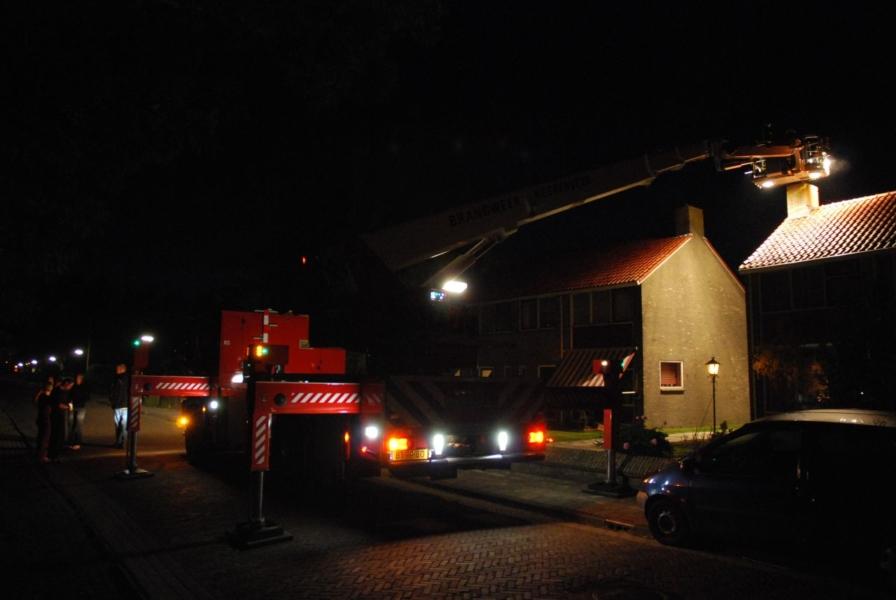 Inzet twee hoogwerkers voor schoorsteenbrand