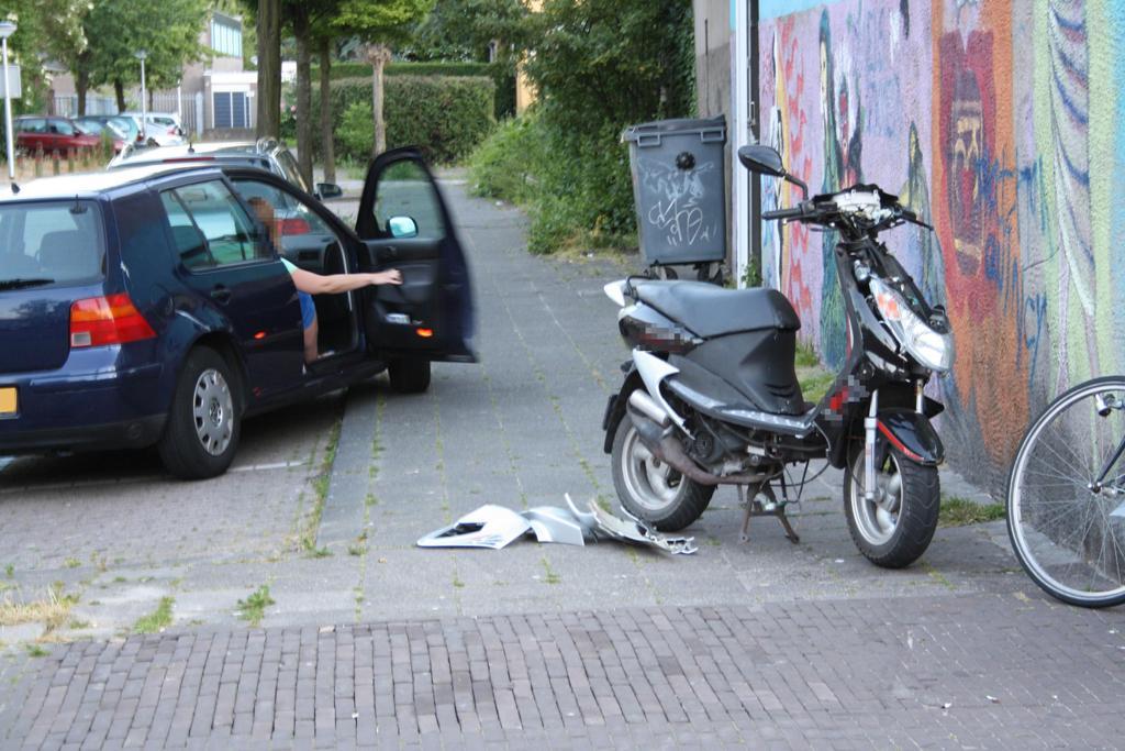 Scooter en auto botsen
