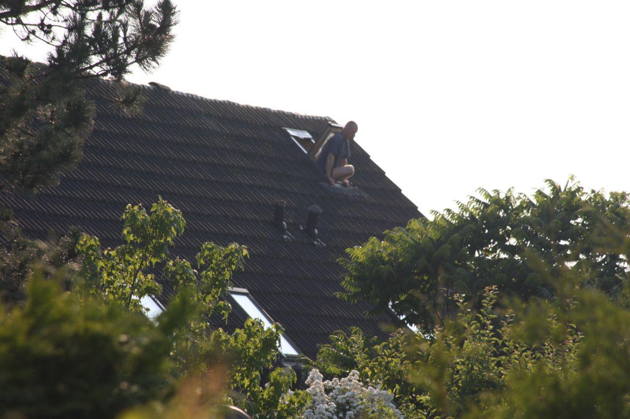 Man klimt op dak