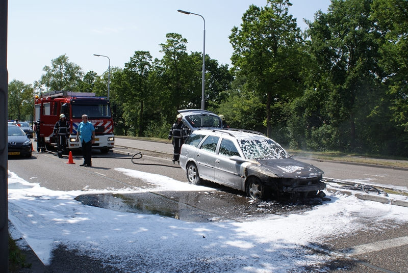 Voorkant auto verwoest door brand