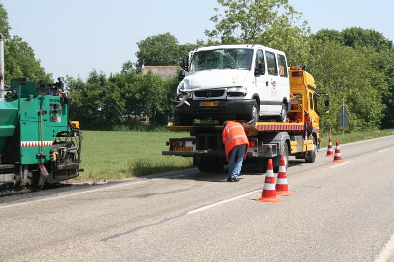 Busje botst achterop vrachtwagen