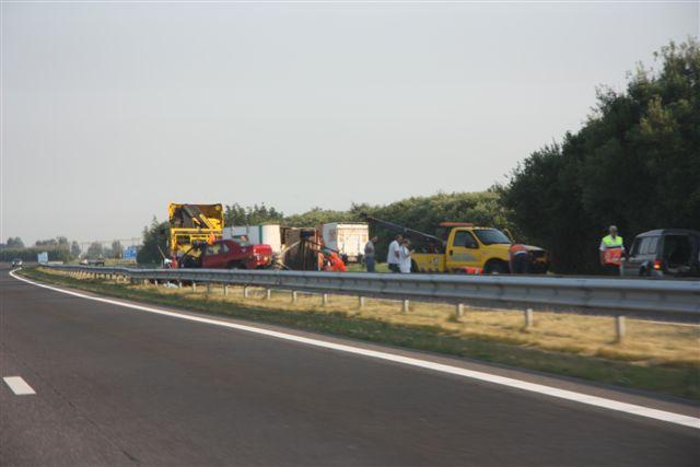 Caravan kantelt op A32