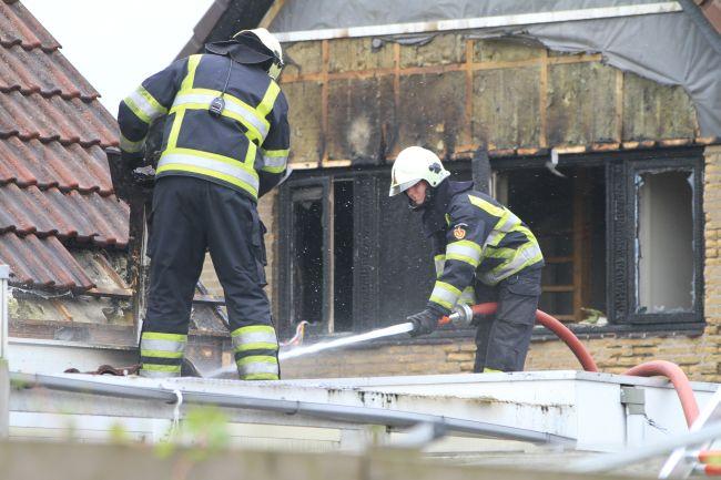 Twee woningen in brand door caravan