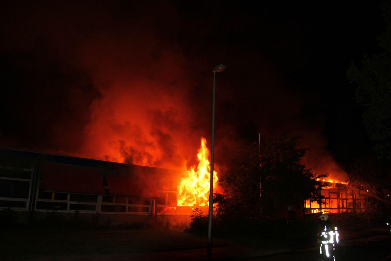 Goederenbank verwoest door uitslaande brand + video