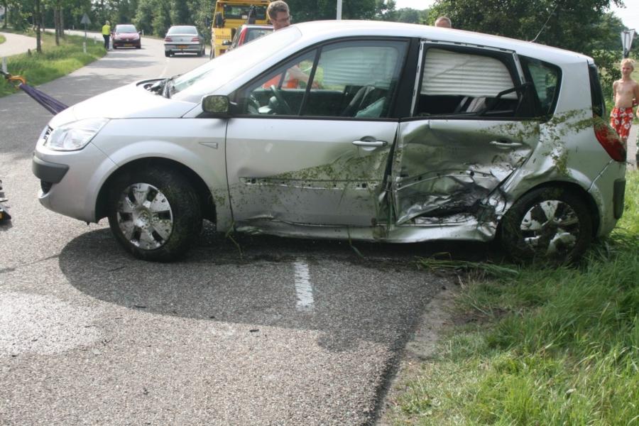 Auto in de sloot na aanrijding