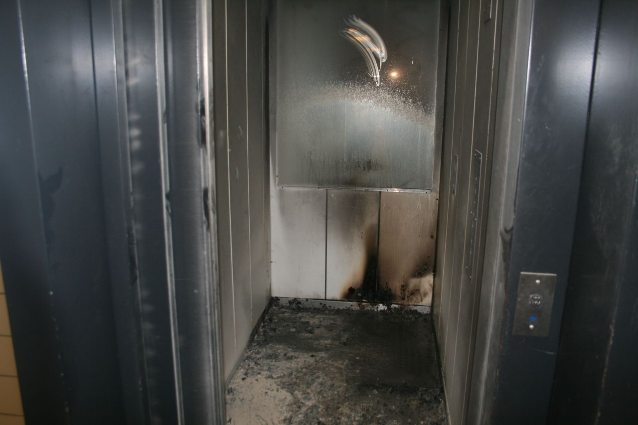 Klein brandje in lift