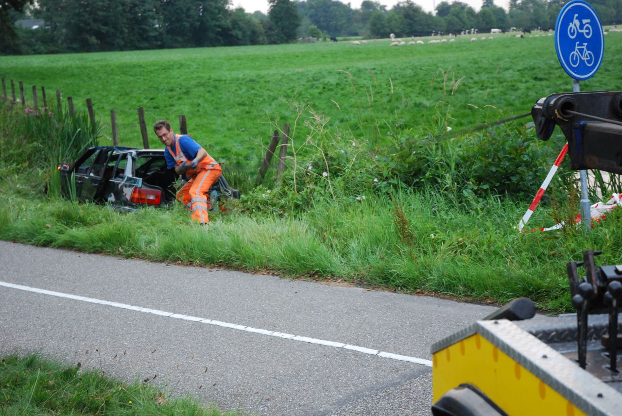 Auto in sloot nabij Burgum