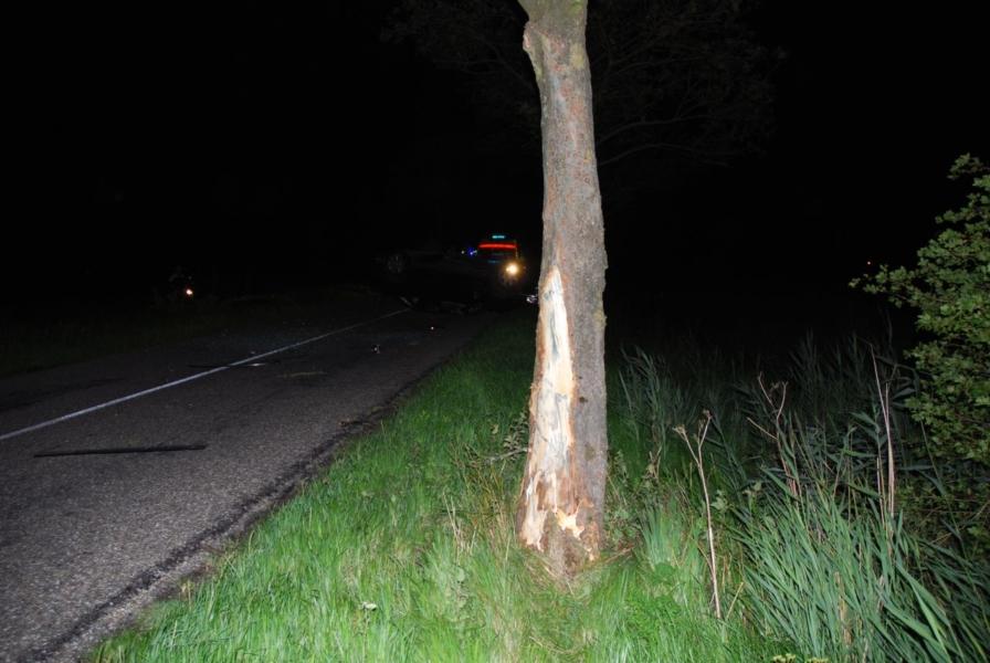 Auto tegen boom en over de kop