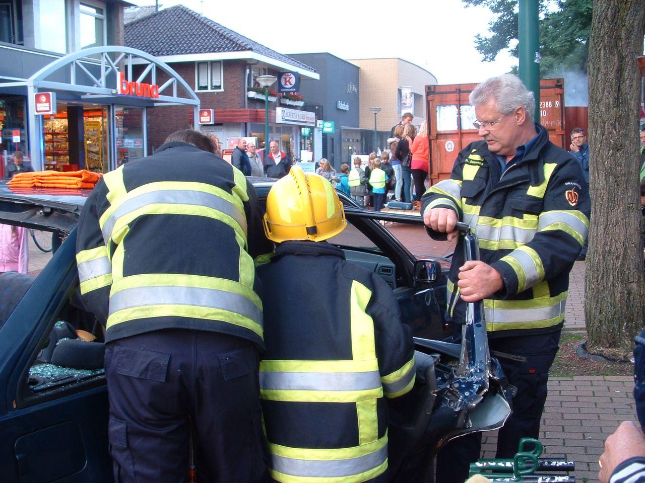 Dorpsbewoners maken kennis met de brandweer