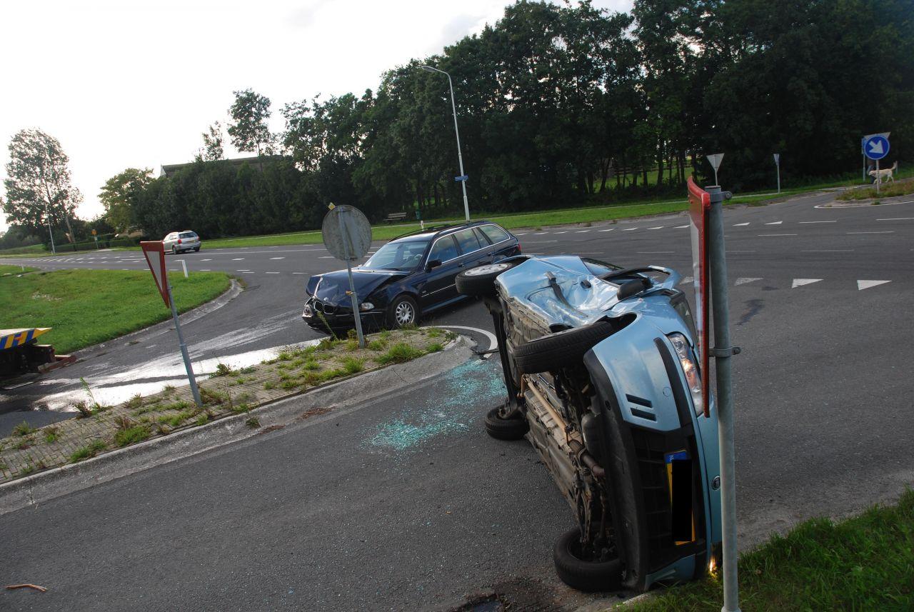 Auto op de zijkant na aanrijding