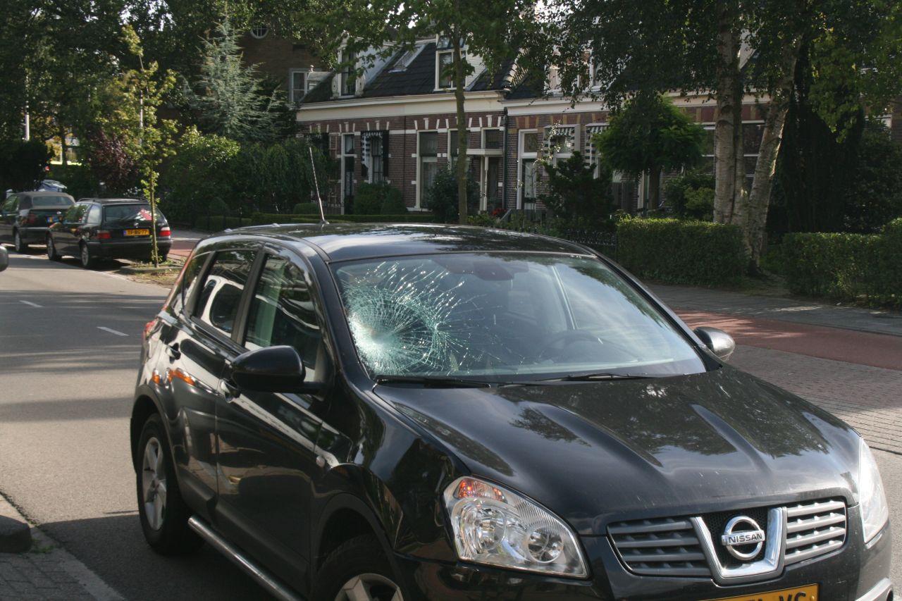 Fietsster geschept door auto