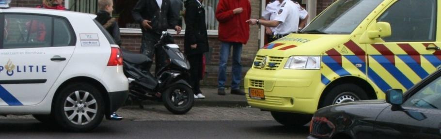 Scooter botst op zijkant auto