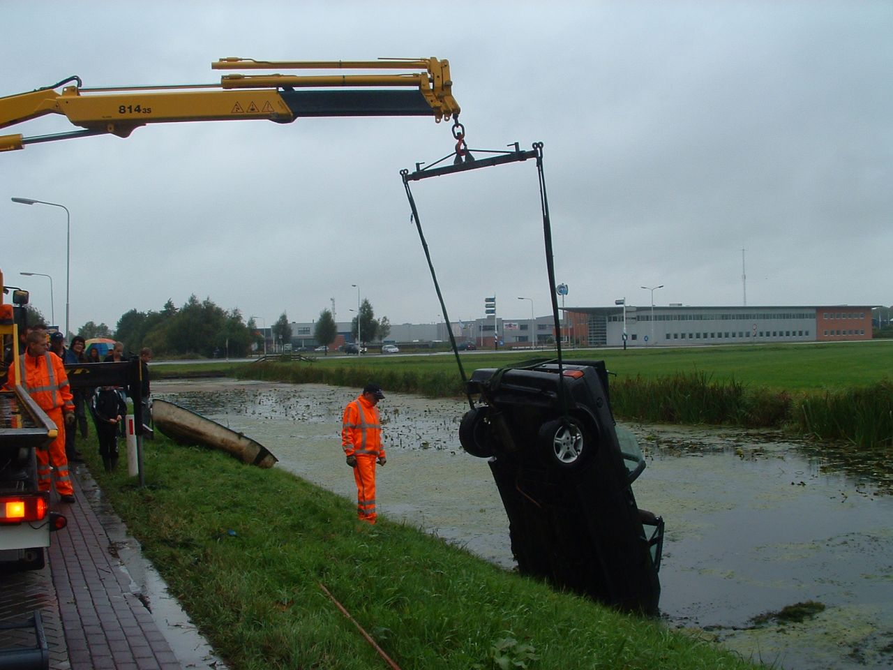Auto te water net buiten Dokkum