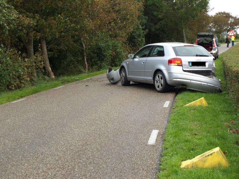 Auto botst tegen drie bomen(update)